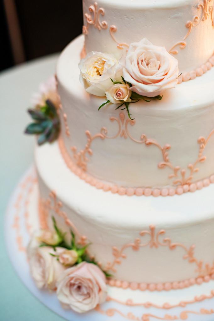 white and peach_wedding cake_das meyer